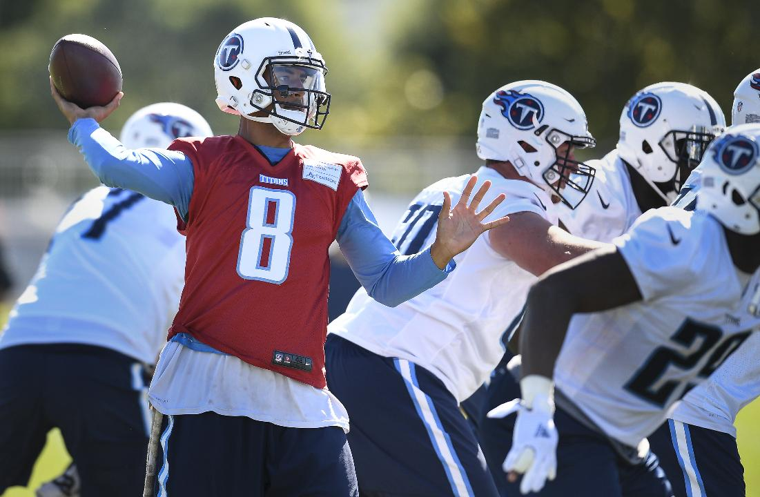 Marcus Mariota spends Titans' post practice with fans