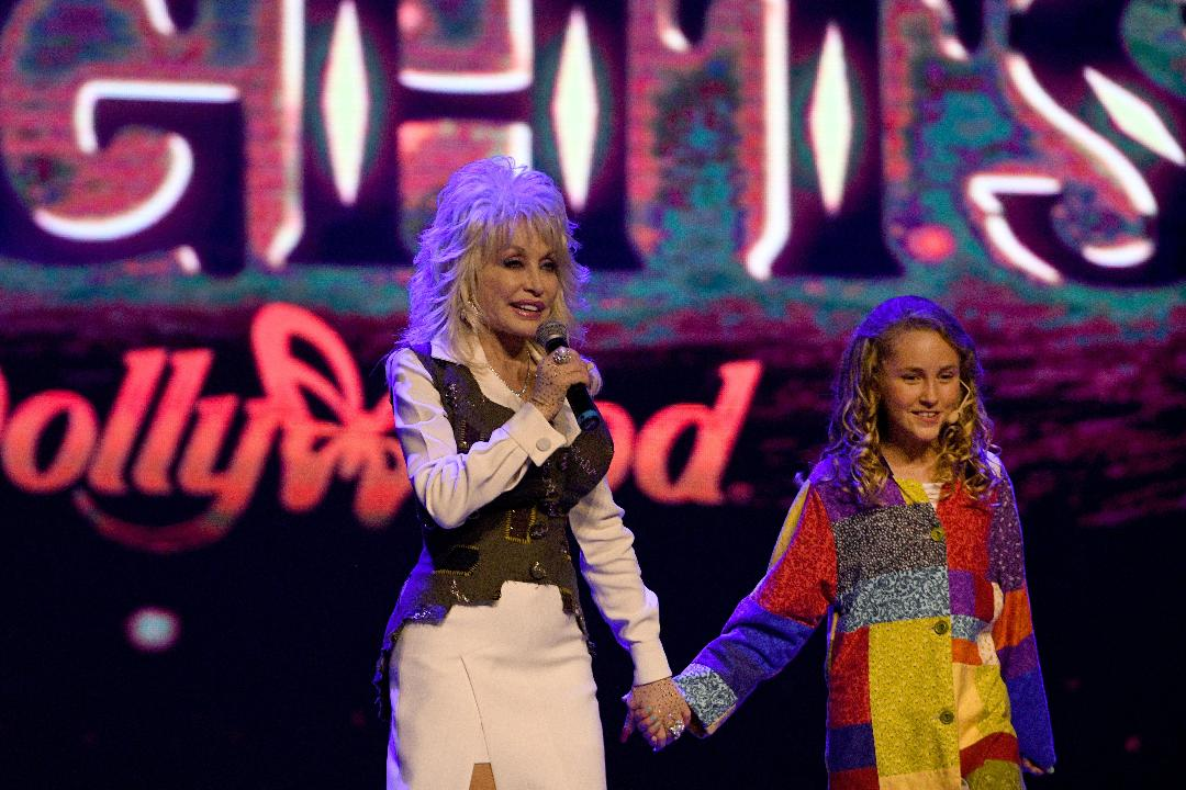 Nbc Christmas Of Many Colors.Dolly Parton Sings With Tori Smith At Dollywood