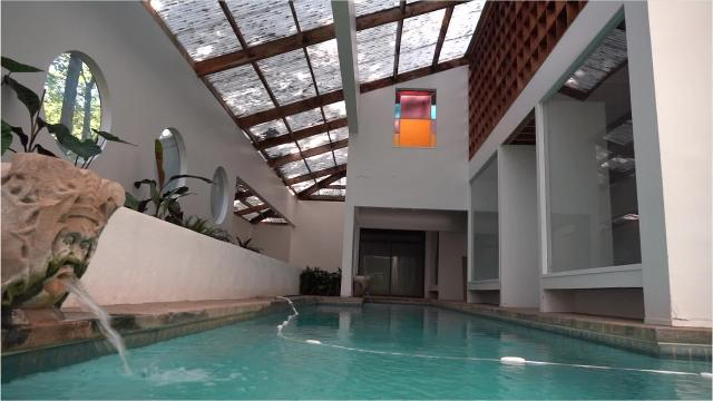One of Memphis's renowned modernist architects designed for his own family a home that melds with a pool and gardens.