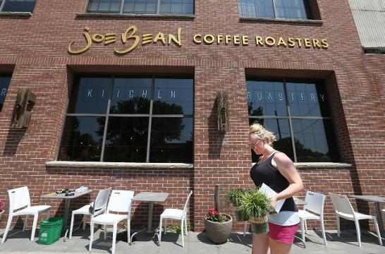 Joe Bean Coffee Roasters installs city's first parklet along University Avenue. (Aug. 3, 2017)