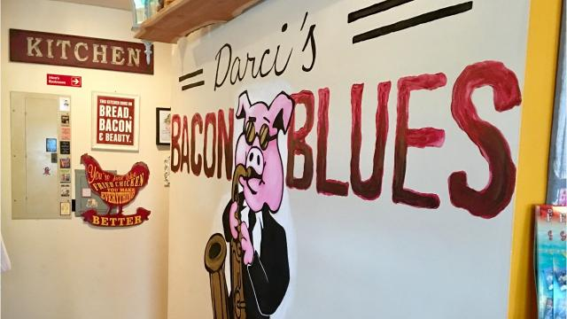 Darci's Bacon Blues does a lot for the area's early-day dining scene.  It is a fine little restaurant with flair. Photos and review by Lyn Dowling. Video by Suzy Fleming Leonard.