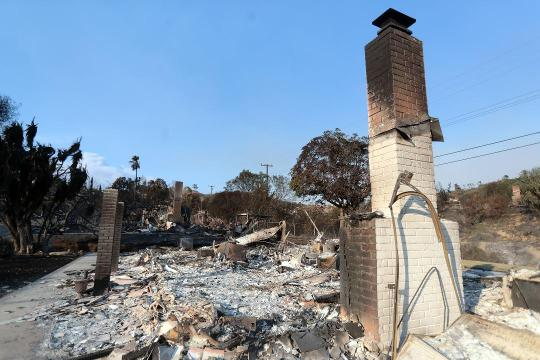 Thomas Fire destroys Via Ondulando neighbor in Ventura