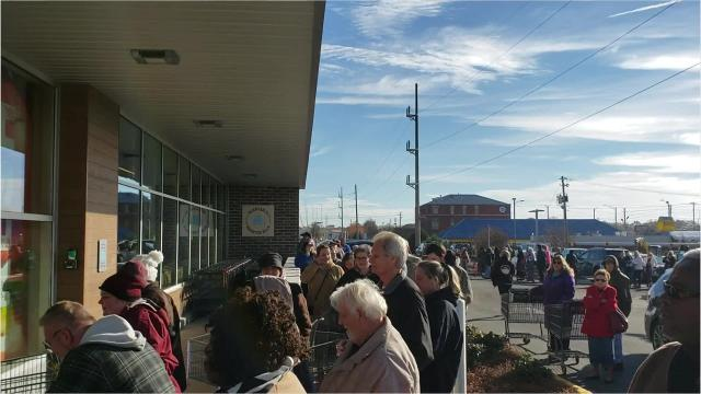 Hundreds line up at Aldi for grand opening