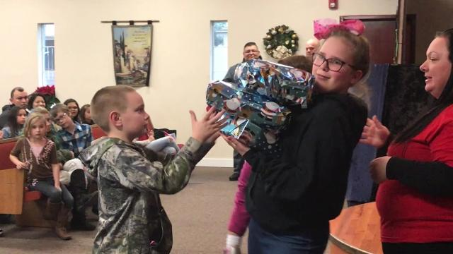 Tabernáculo de Salem hosts an annual event where children who have loved ones in Marion County Jail receive Christmas presents on their behalf.