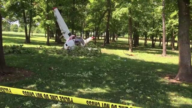 A plane crashed on a golf course in Bolivar.