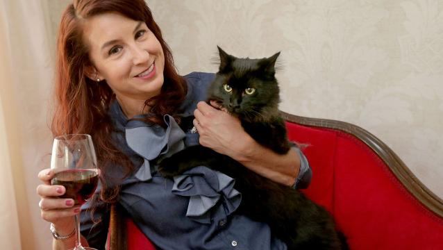 Woman plans to open cat cafe
