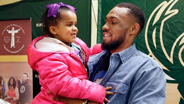 Milwaukee Bucks players donate time and meals to area families