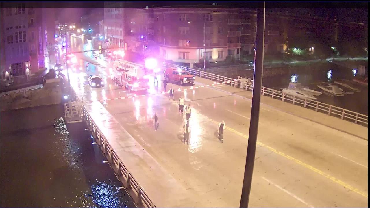 Video: Driver gets trapped on Walnut Street Bridge