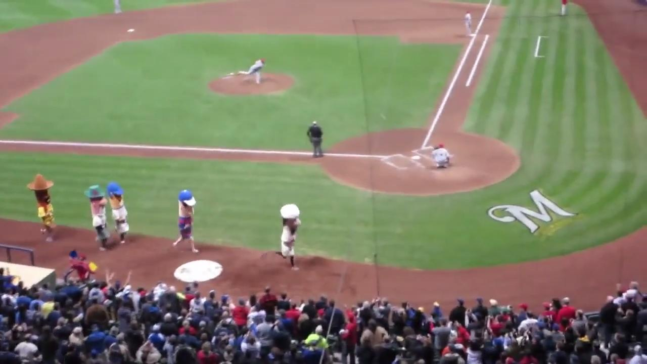 Chorizo falls during sausage race at Miller Park