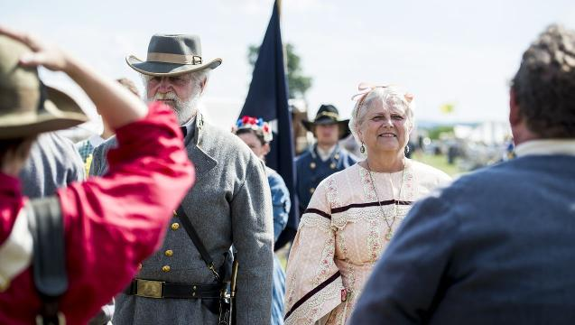Couple celebrate 50th anniversary during Battle of Gettysburg re-enactment