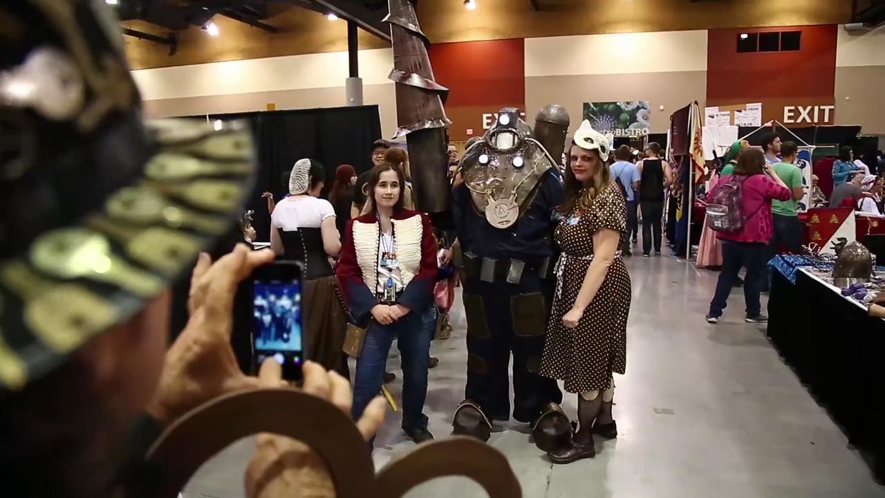 Cosplayers show up for Phoenix Comicon Day 3