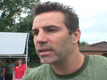 Kurt Warner helps with flood relief in 2008