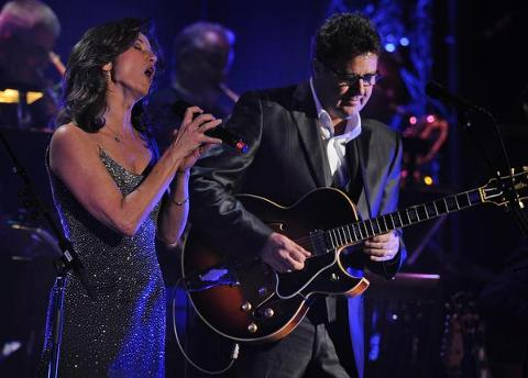 Amy Grant New Christmas Album.Amy Grant Vince Gill And Lorrie Morgan Perform Nashville Concerts