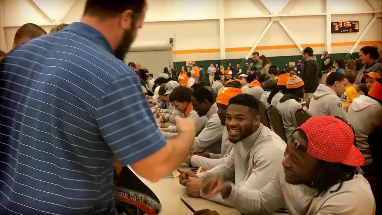 Tennessee football team visits Gatlinburg schoolchildren