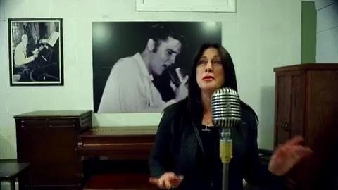 Fans serenade the King for Elvis' birthday