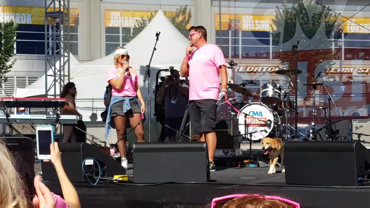 Miranda Lambert leads Muttnation Foundation Dog Parade