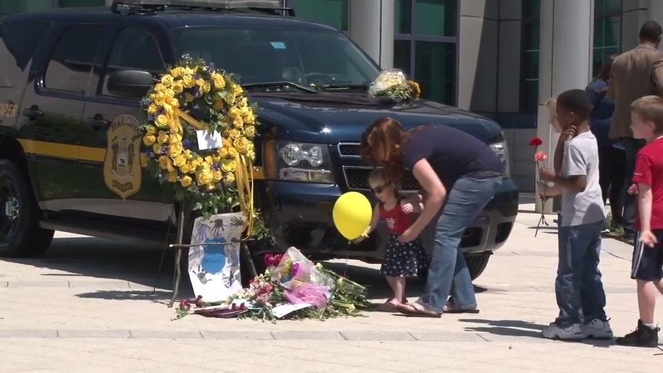Keene Elementary leaves flowers for fallen Delaware state trooper