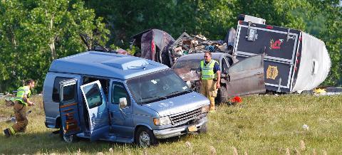 State police: 2 dead in Thruway crash