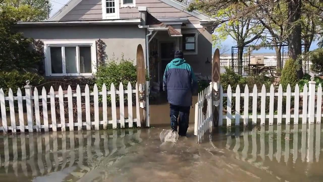 Homeowners deal with flooding along lake