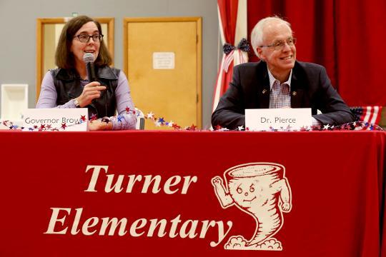Oregon governor candidates visit elementary school together