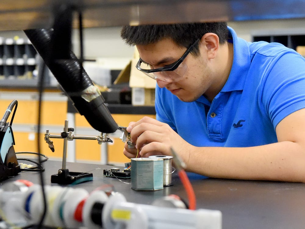 Engineering students at James Madison University are working to create wearable air quality sensors.