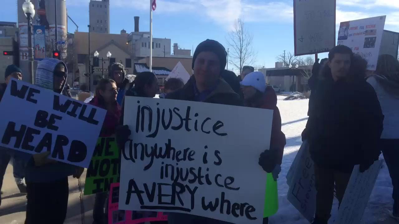 People protest at pro-Steven Avery rally in Manitowoc