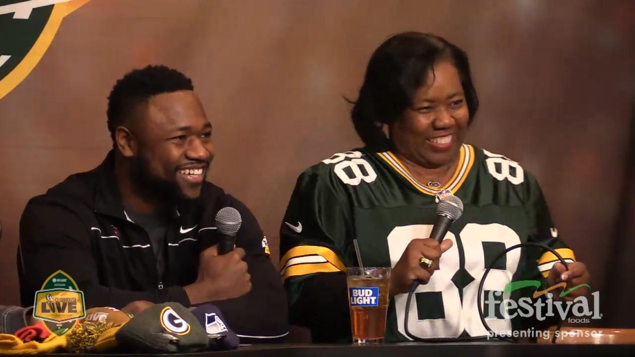 Ty Montgomery's mother, Lisa, gives co-host and Bears fan, Ricardo Arguello, a message on Clubhouse Live.